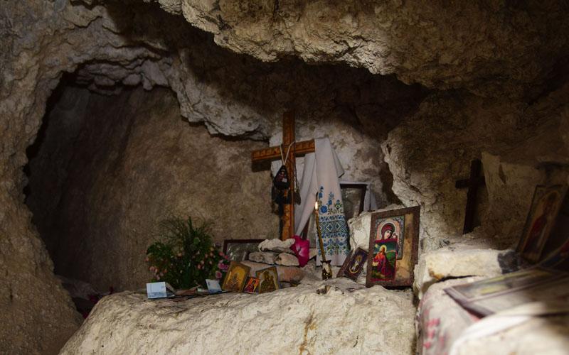 Символічний молитовний вівтар у печері Свято-Троїцького монастиря, смт Сатанів, Хмельницька область, 16 вересня 2016 року.