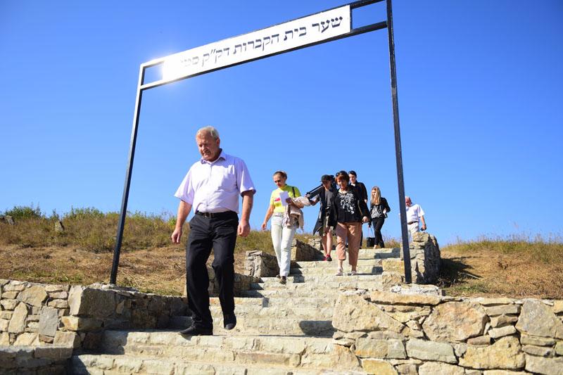 Селищний голова Сатанова Альберт Собков (на першому плані) з журналістами на єврейському цвинтарі, смт Сатанів, Хмельницька область, 16 вересня 2016 року.