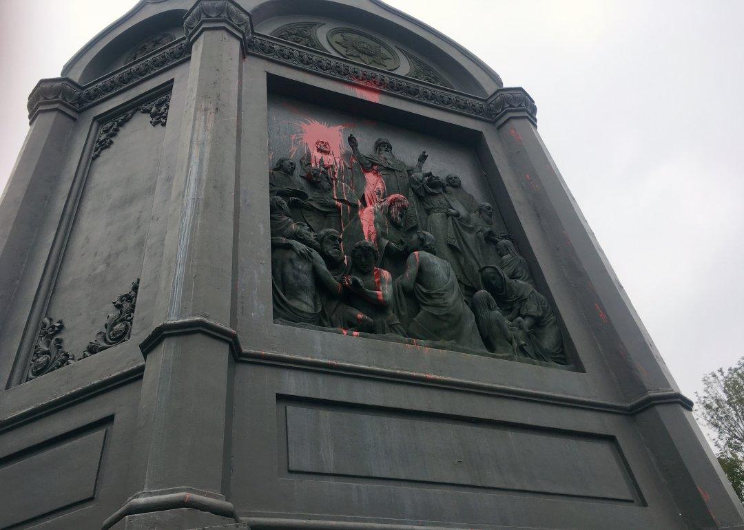 На фото: частина пам'ятника Володимиру, яка постраждала від рук вандалів