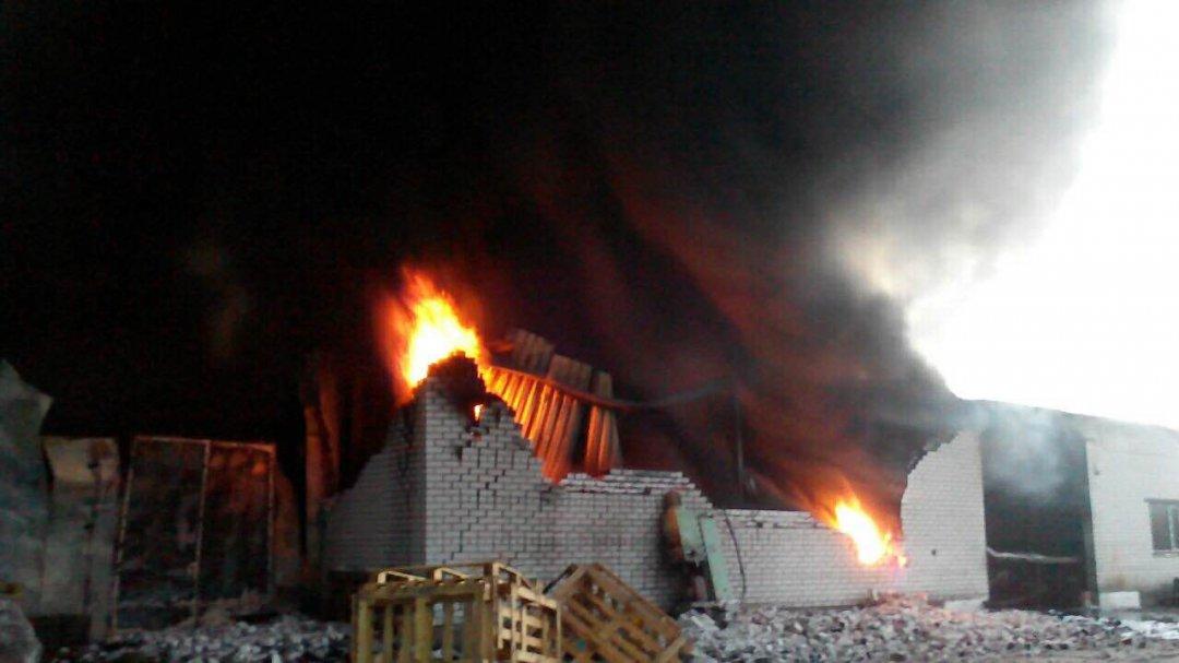 Масштабный пожар охватил фабрику под Киевом