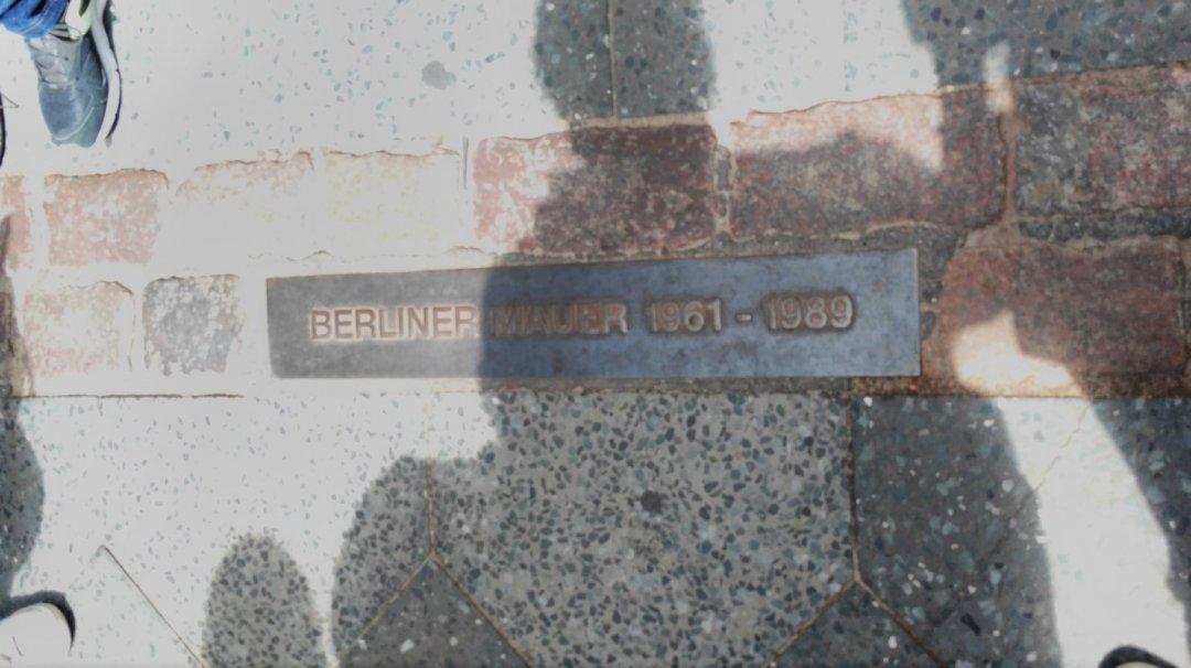 Символ берлинской стены на асфальте