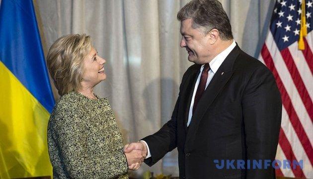 Порошенко: Хілларі Клінтон багато знає про Україну