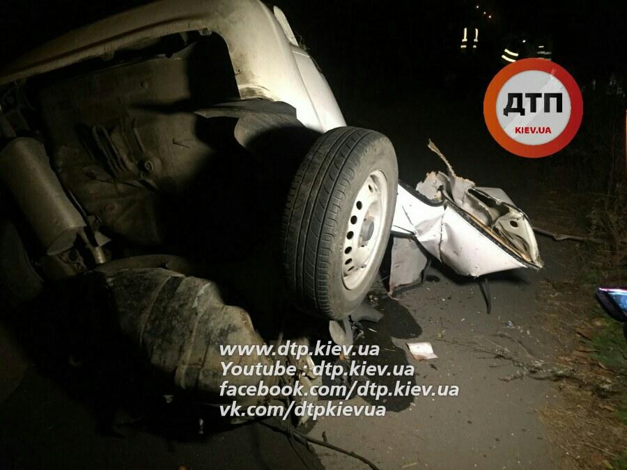 Навиїзді зКиєва сталося ДТП: машину розірвало навпіл, четверо осіб загинули