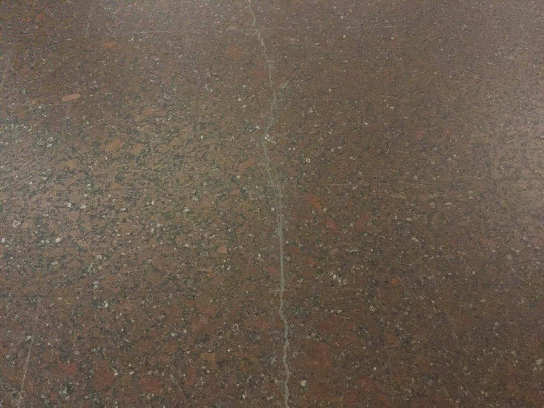 На фото: тріщина на плитці, ст. м. Героїв Дніпра