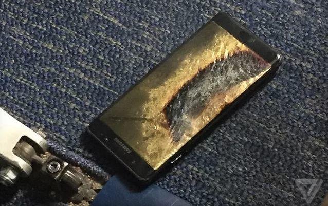 Пассаижров авиалайнера срочно эвакуировали из-за задымившегося телефона Самсунг вСША