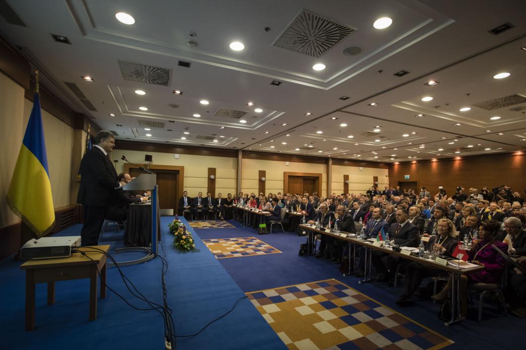Порошенко желает внести вРаду новый закон оКонституционном суде