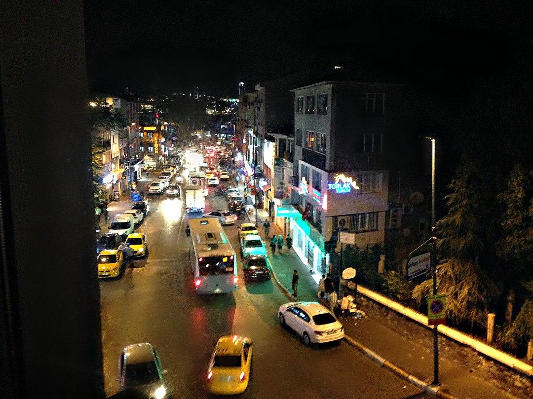 Ночная жизнь азиатского Стамбула. Желтые такси. Вид из окна