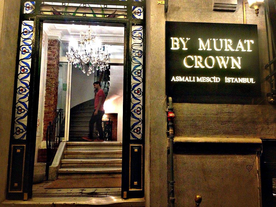 Название и вход в здание, где находится ресторан