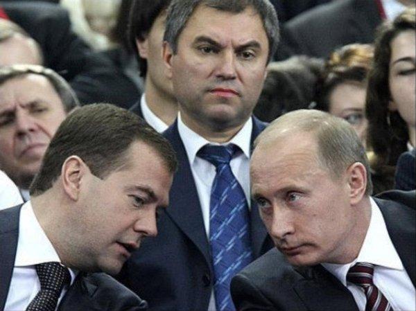 Медвєдєв (ліворуч), Володін (центр), Путін (праворуч)