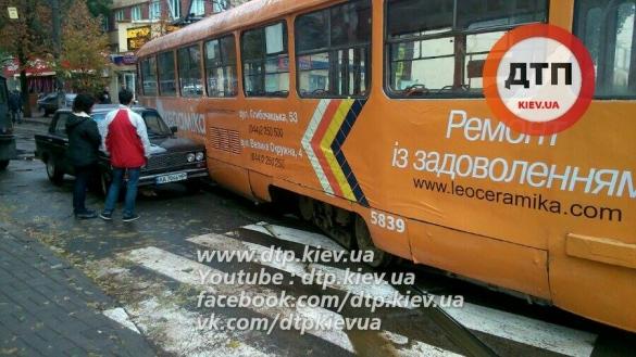 Устолиці трамвай зійшов із рельсів тапошкодив авто