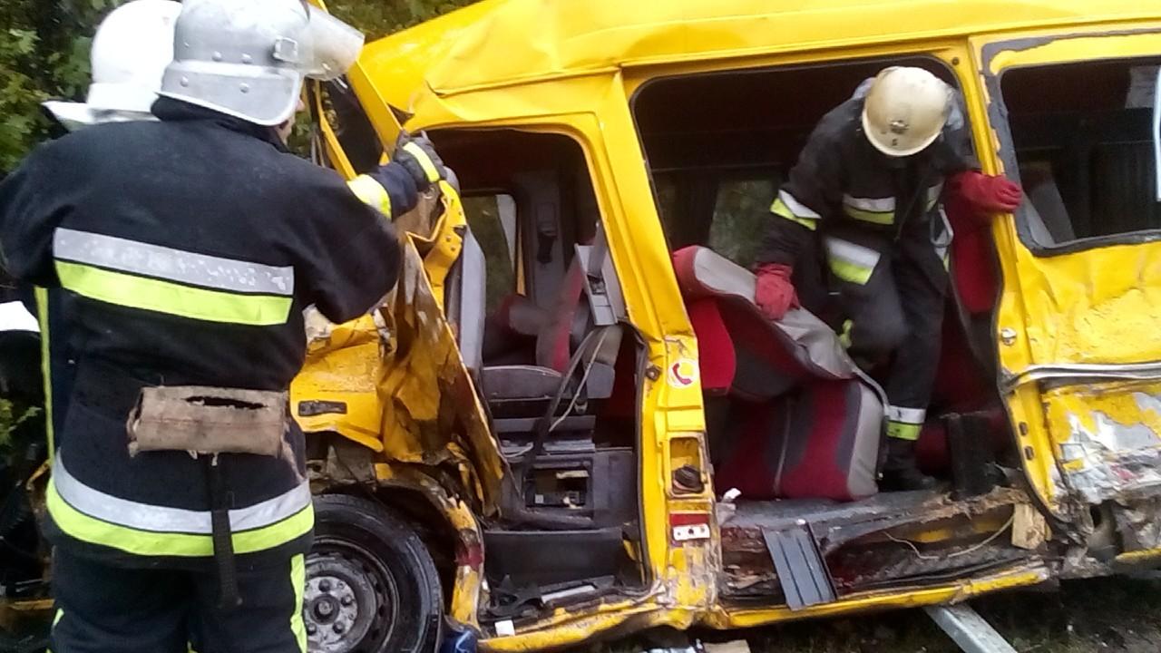 Маршрутка врезалась в фургон, 3 погибших, 10 травмированы
