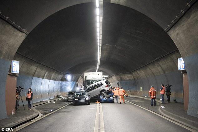 Автомобили, автобус ифургон столкнулись втоннеле вШвейцарии