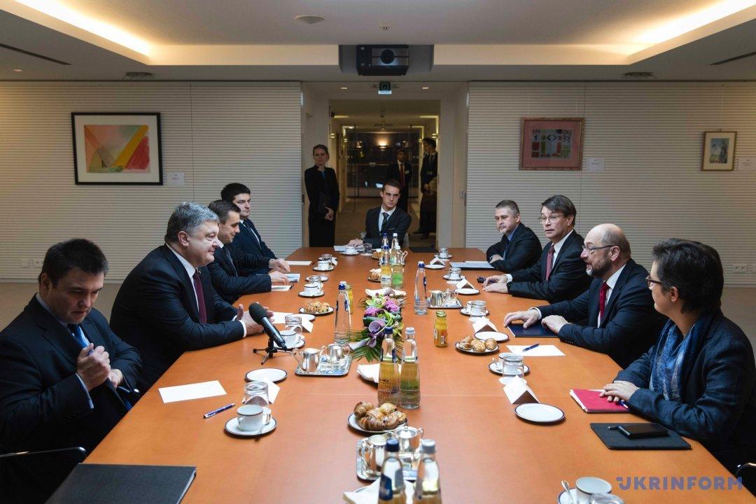 Петро Порошенко (другий ліворуч) та Президент Європейського парламенту Мартін Шульц (другий праворуч)