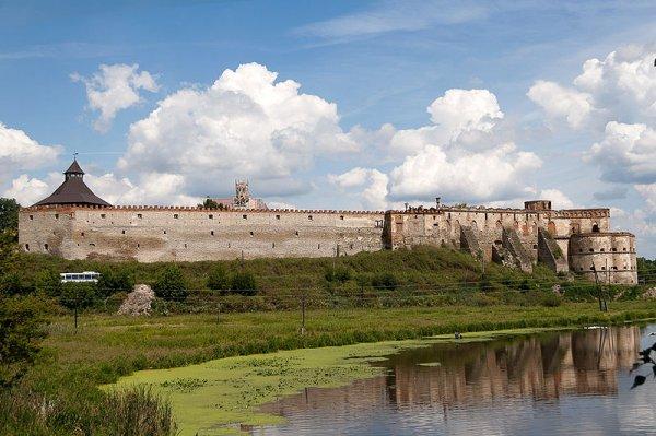 Пам'ятка фортифікаційної архітектури XVI століття, розташована у селищі Меджибіж Хмельницької області, на верхів'ях Південного Бугу.