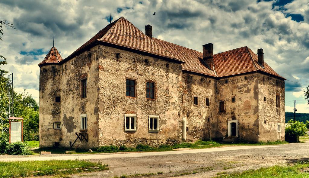Чинадіївський замок (інша назва — Замок «Сент-Міклош») — пам'ятка архітектури XIV—XIX століть. Розташований у смт Чинадійово, що поблизу міста Мукачево Закарпатської області.