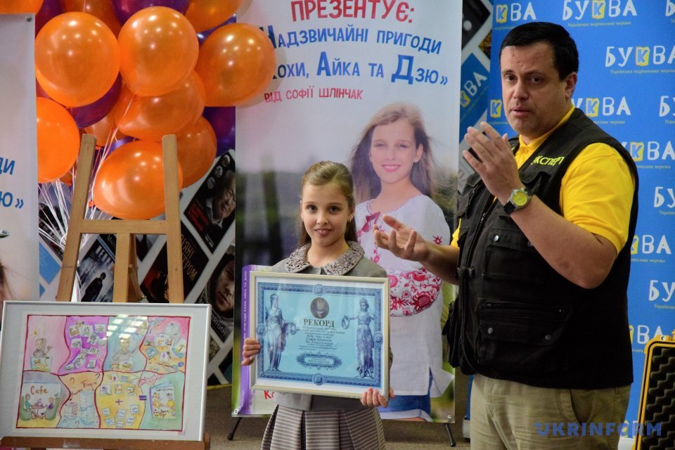 Девятилетняя писательница вошла в Книгу рекордов Украины / Фото: Юлия Овсянникова, Укринформ.