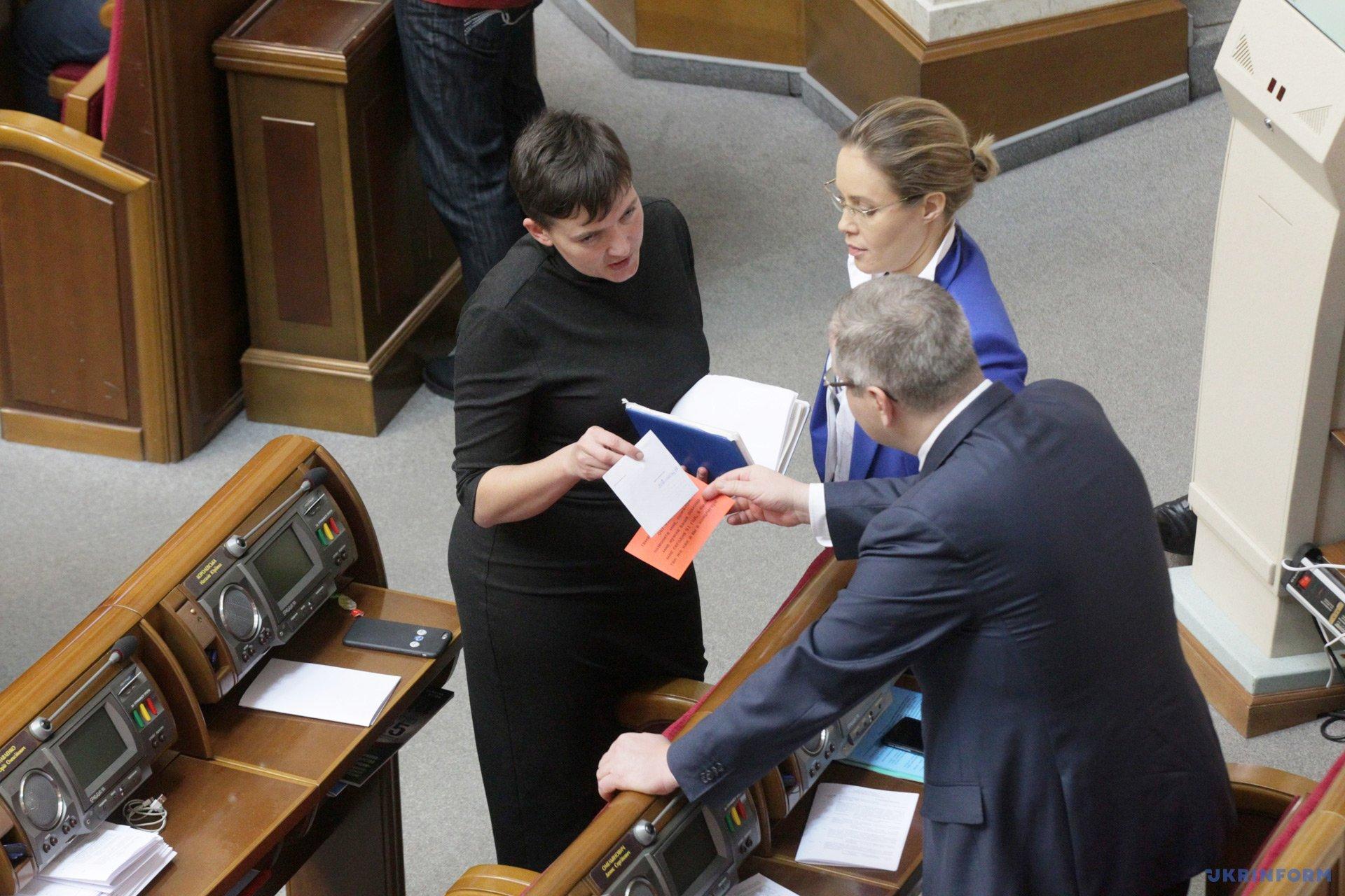 Народні депутати Надія Савченко, Наталія Королевська та Олександр Вілкул під час засідання парламенту / Фото: Павло Багмут, Укрінформ.