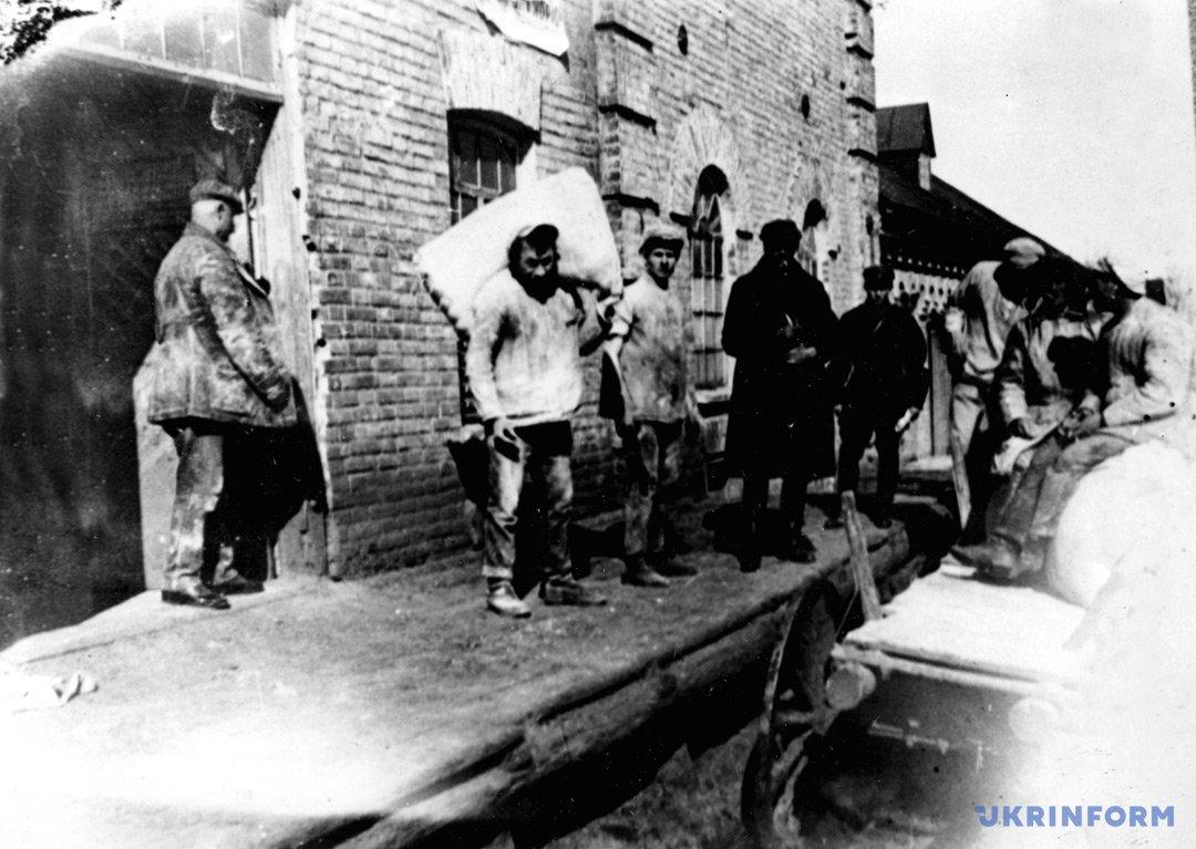 На фото: сдача зерна и сельхозпродуктов. Село Удачное, Донецкая обл., 1933 г.