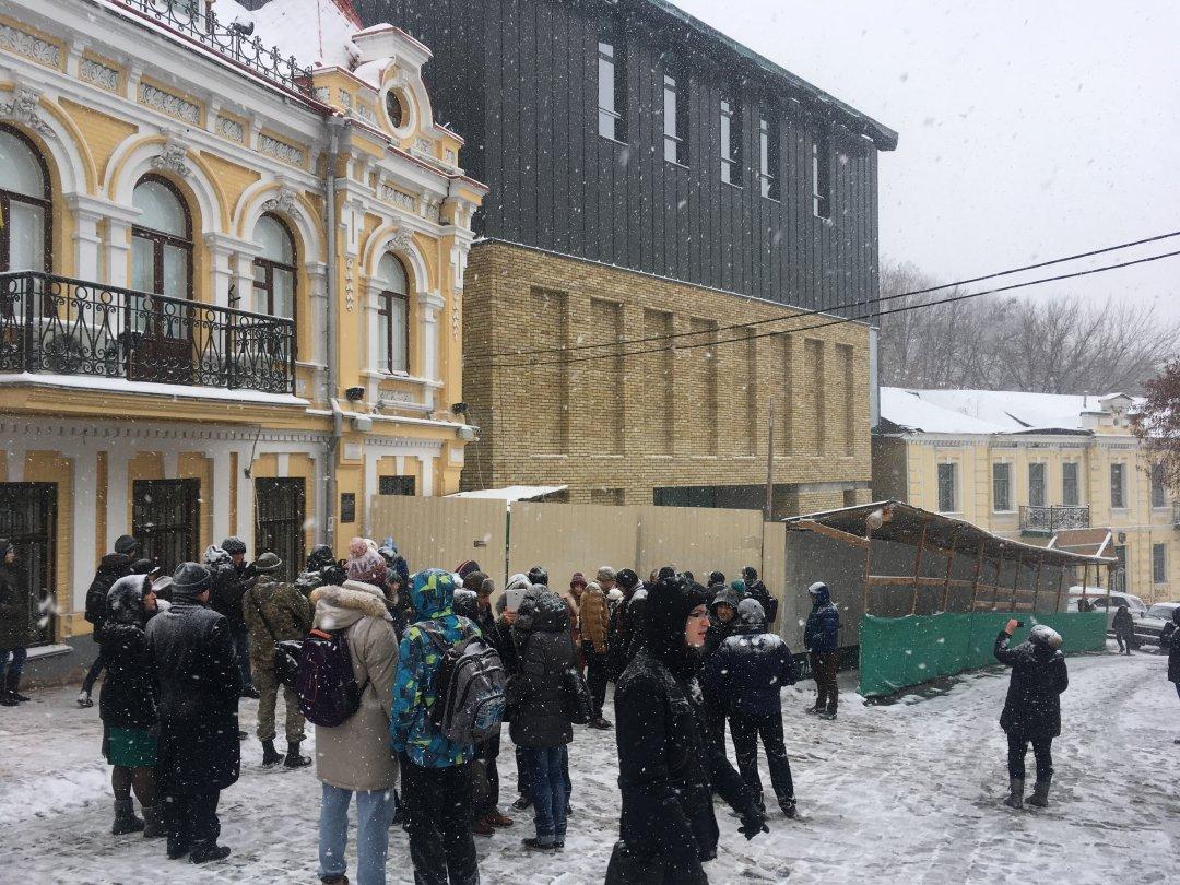 Обурені кияни протестують проти страхітливої споруди на Андріївському узвозі