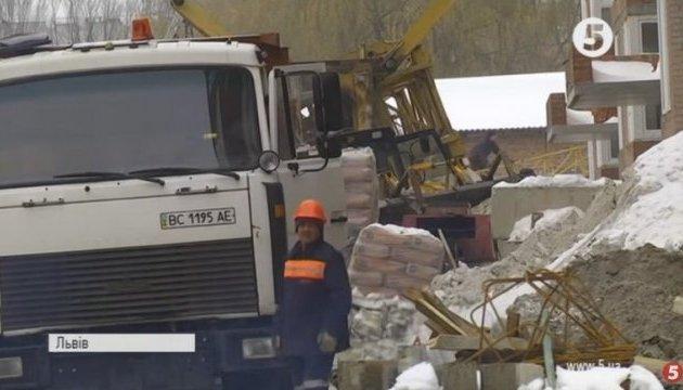 На новобудові у Львові впав кран: є жертви