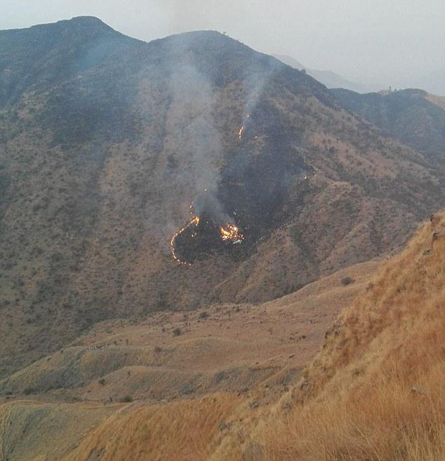 Понад 40 людей бояться мертвих після того, як розбився літак, рейс до Ісламабаду. Фото: dailymail.co.uk