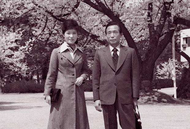 Молода Пак Кін Хе і її батько — президент Пак Чон Хі