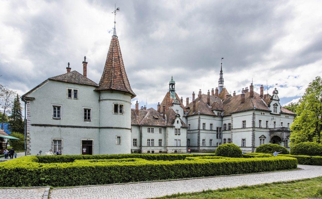 Колишня резиденція та мисливський будинок графів Шенборнів. Розташований у селі Карпати (Мукачівський район, Закарпатська область).