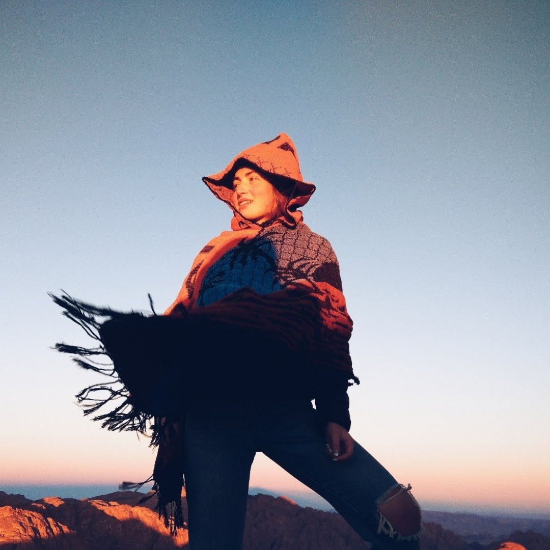 На вершине горы Sinai в синайском пончо
