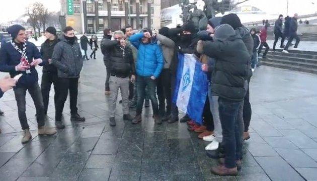 """На Майдані фанати """"Бешикташа"""" розтоптали прапор """"Динамо"""""""