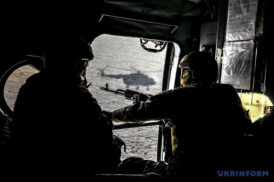Військовослужбовці в гелікоптері / Фото: Михайло Палінчак, Укрінформ.