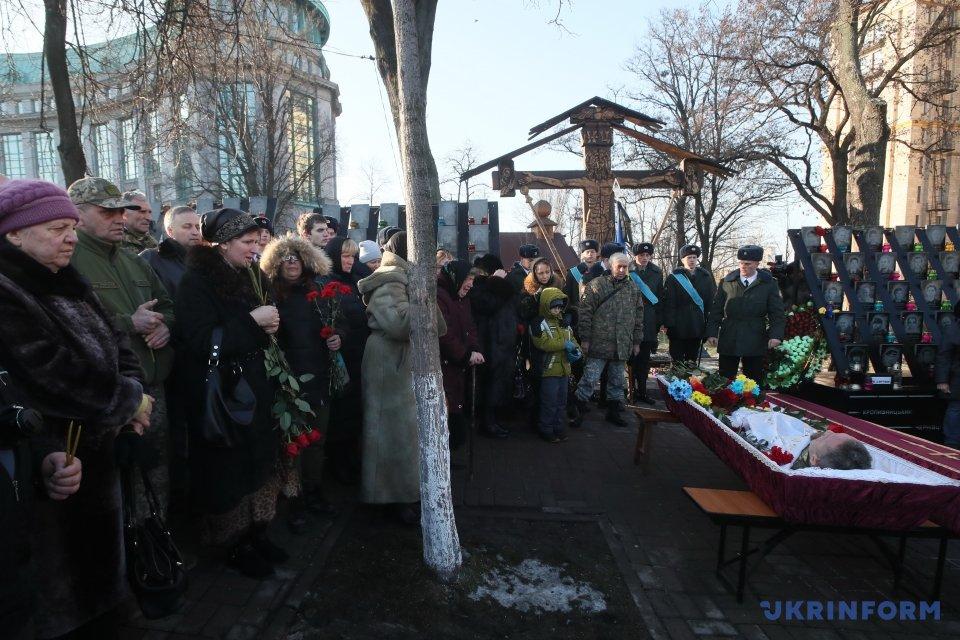 Вцентре столицы Украины попрощались спогибшим вАТО бойцом «Козаком»