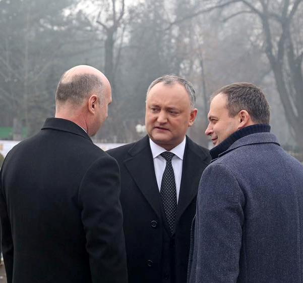 Президент Игорь Додон (в центре), Премьер Павел Филипп (слева) и спикер парламента Андриан Канду после инаугурации