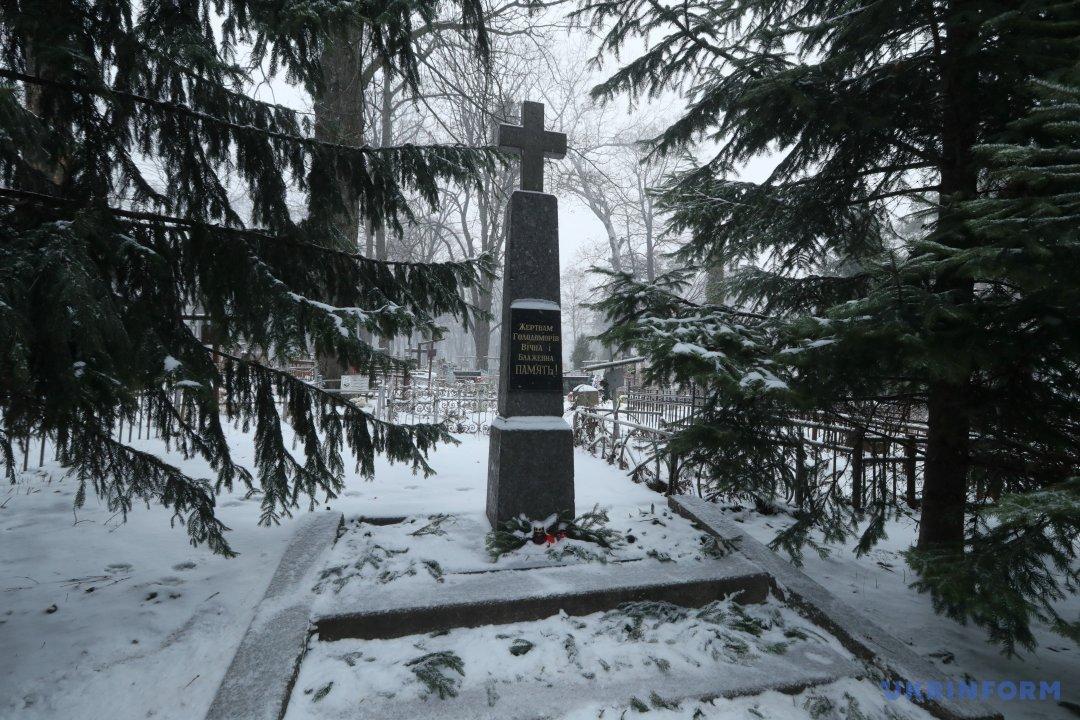 Пам'ятник жертвам голодоморів на території Державного історико-меморіального Лук'янівського заповідника