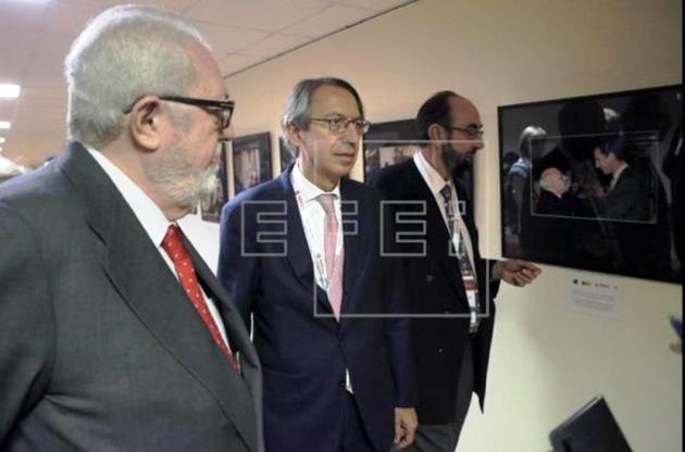 Іспанська делегація на відкритті фотовиставки в рамках Гайдарівського форуму (фото – агенція ЕФЕ).