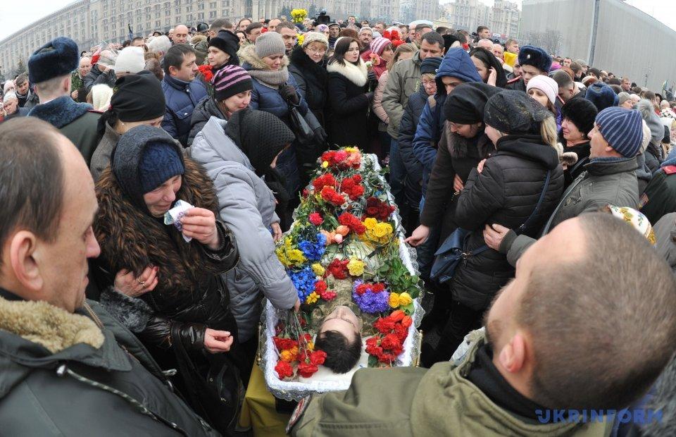 Прощание спогибшими вАвдеевке— украинцы стали наколени
