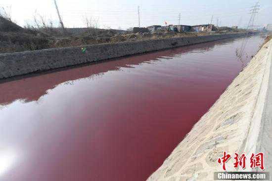 Река вКитайской республике стала кроваво-красной