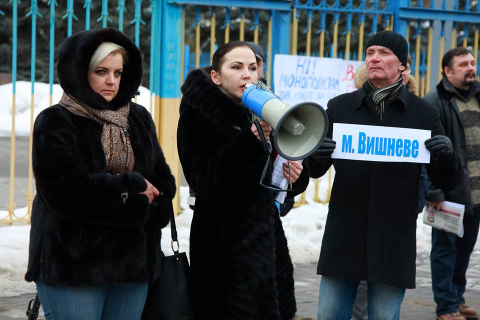 Мітинг під КОДА. На фото: Людмила Мартиненко (з рупором)