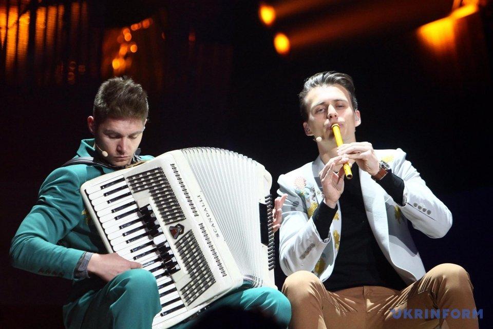 Евровидение 2017 2-ой полуфинал: ведущие спели хиты конкурса