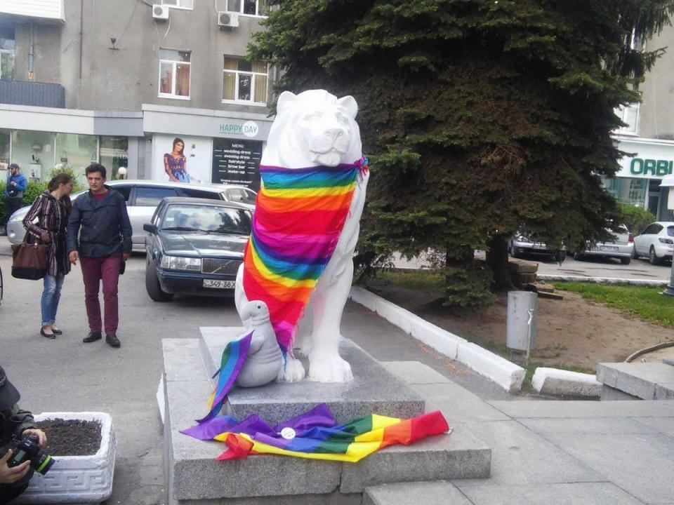 Гомофобы вХерсоне: неизвестные напали наЛГБТ-марш