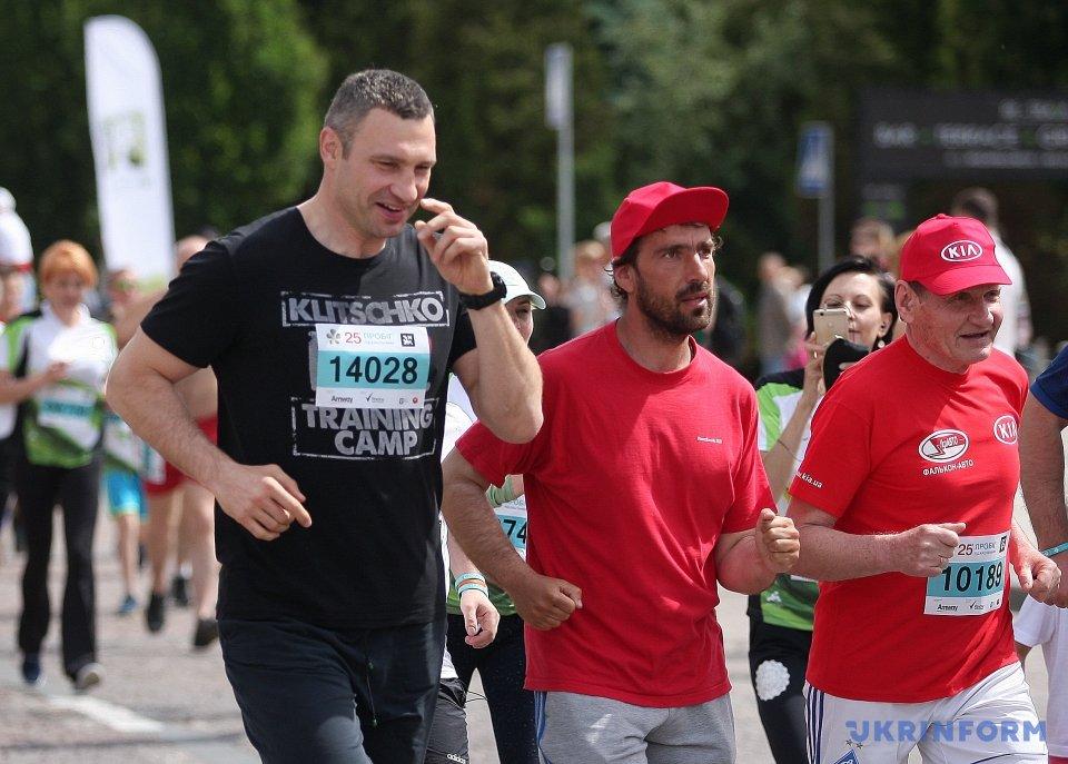 Пробег под каштанами: вКиеве тысячи людей пробежались ради благотворительности