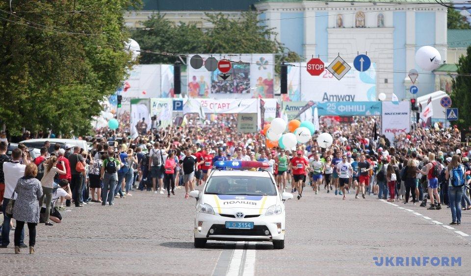 Вюбилейном «Пробеге под каштанами» приняли участие неменее 10 тысяч человек