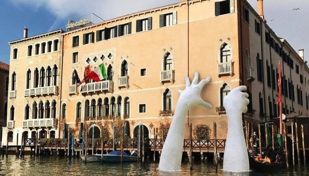 На вулиці італійського міста з'явилися гігантські руки