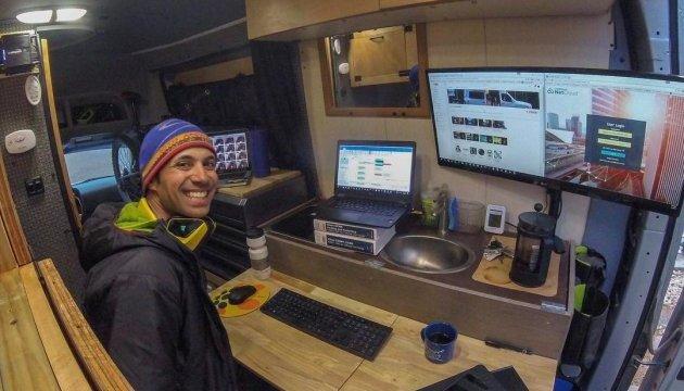 Американець зумів поєднати роботу з мандрівками у фургоні