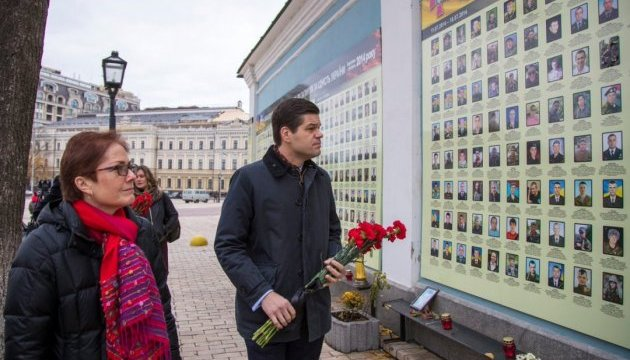 U.S. assistant secretary lays flowers at Wall of Memory in Kyiv