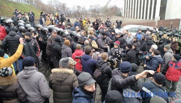 Activists block minivan with Saakashvili on Triokhsviatytelska Street in Kyiv