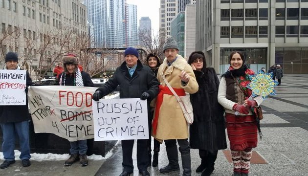 Flash mob in support of Ukrainian Crimea held in Moscow and Chicago. Photos