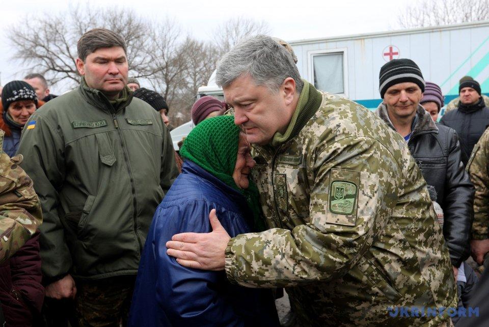 Порошенко відвідав звільнену Катеринівку і Золоте наЛуганщині