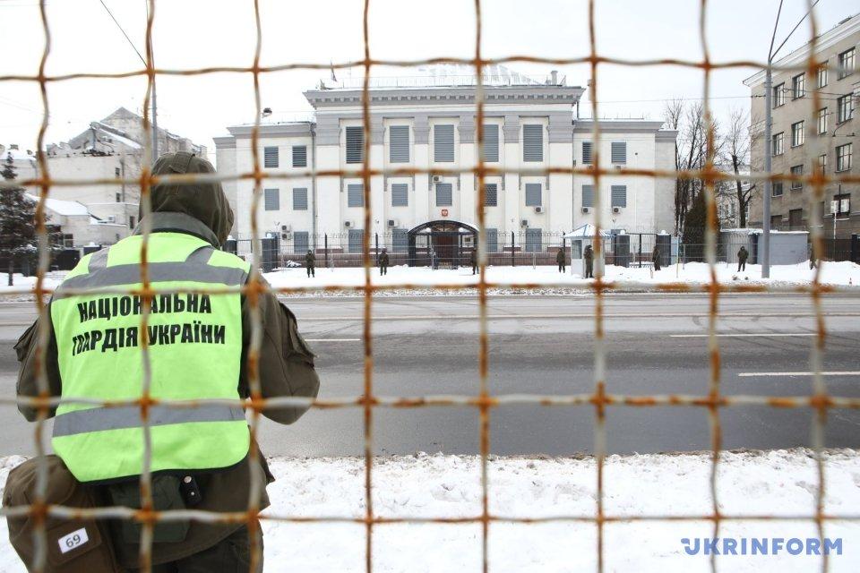 Посольство РФ в Києві посилено охороняє поліція