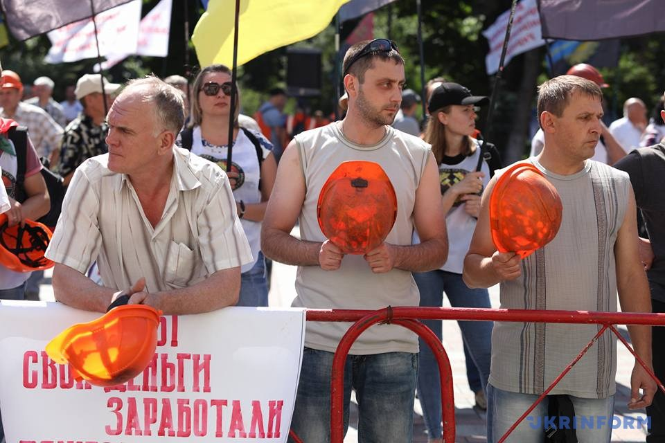 Около тысячи шахтёров пикетируют строение Верховной рады вКиеве