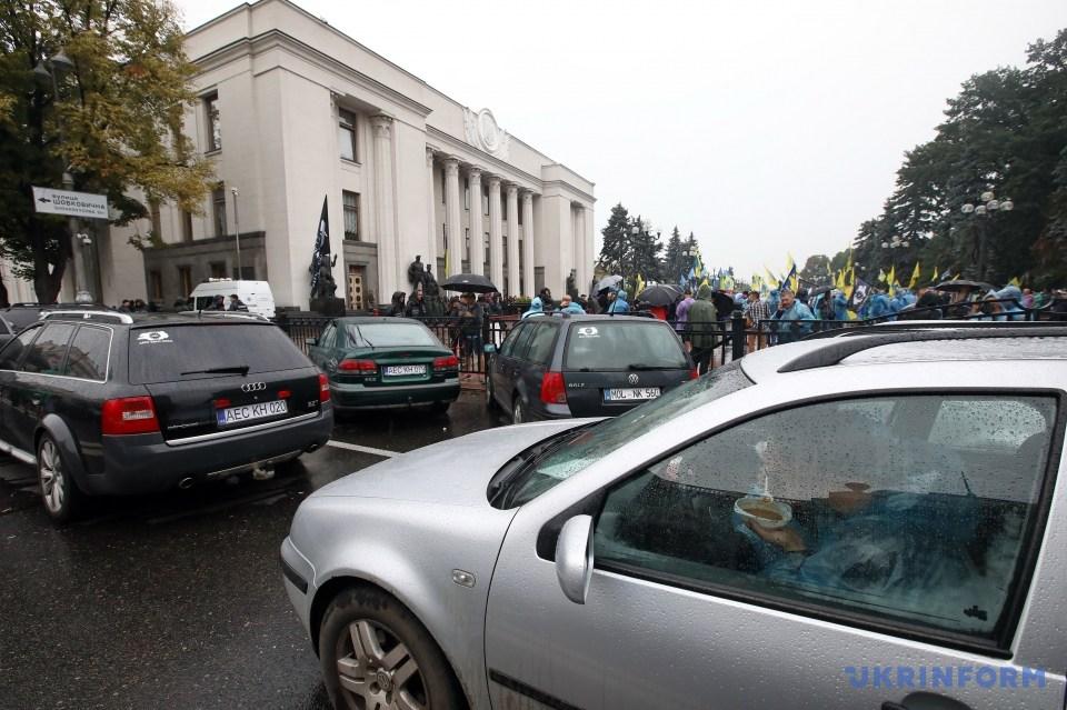 Протестувальники під Радою пустили в хід димові шашки